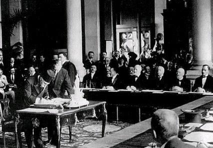 الداماد فريد باشا يوقّع على معاهدة سيفر