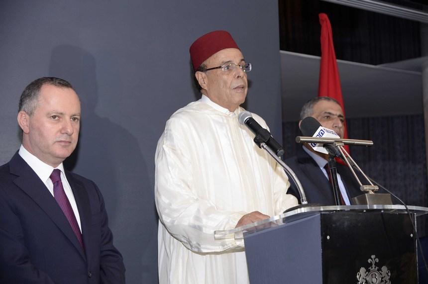 السفير المغربي علي أومليل يلقي كلمة، وظهر إلى يساره النائب قاسم هاشم وإلى يمينه الوزير روني عريجي