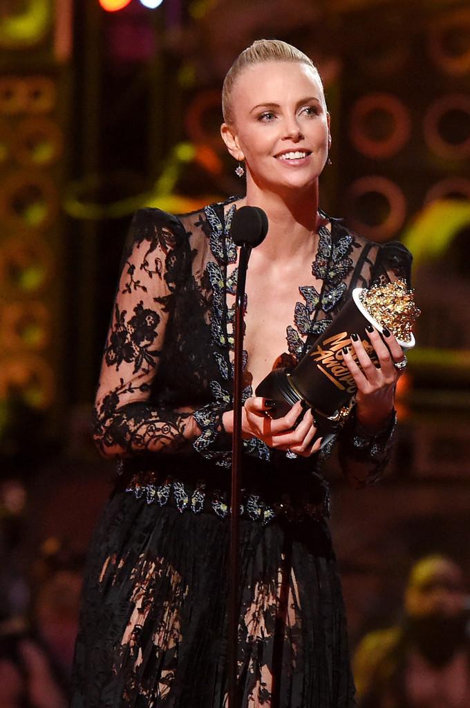 تشارليز ثيرون تهدي فوزها بجائزة MTV لإبنها