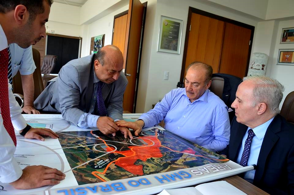 كابي طبراني، سير نظمي أوجي، غسان صعب، ومحمود صعب يناقشون خريطة مشروع المسلخ في دار البلدية