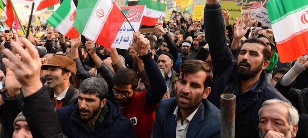 إيران على مسارٍ مُشتَعلٍ بالإحتجاجات يُنذِرُ بخطَرٍ جسيم