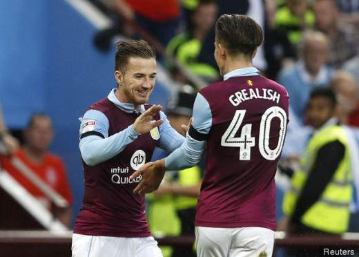 ross_mccormack_celebrates_with_jack_grealish_after_he_scores_ast_279772