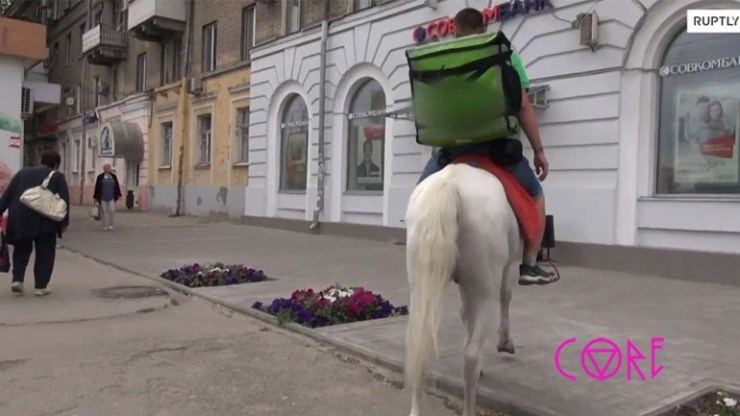 Delivery φαγητού με άλογο