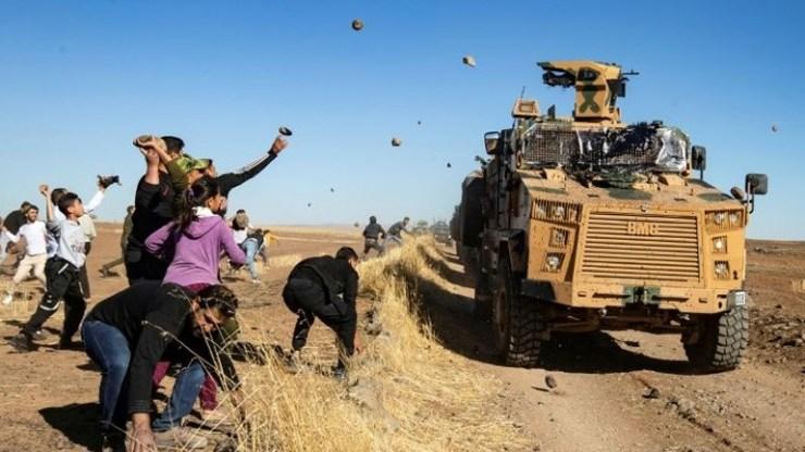 Συρία: Κούρδοι πετροβόλησαν ρωσοτουρκική περίπολο μετά τον θάνατο διαδηλωτή