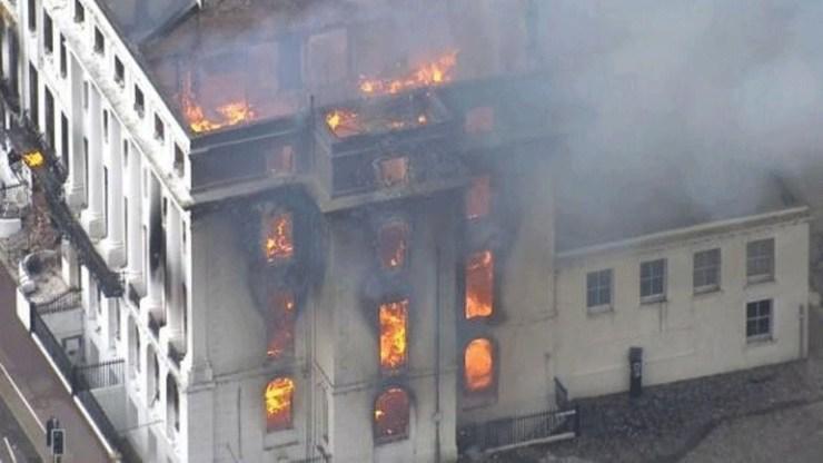 Στις φλόγες ξενοδοχείο στο Ίστμπουρν της Βρετανίας