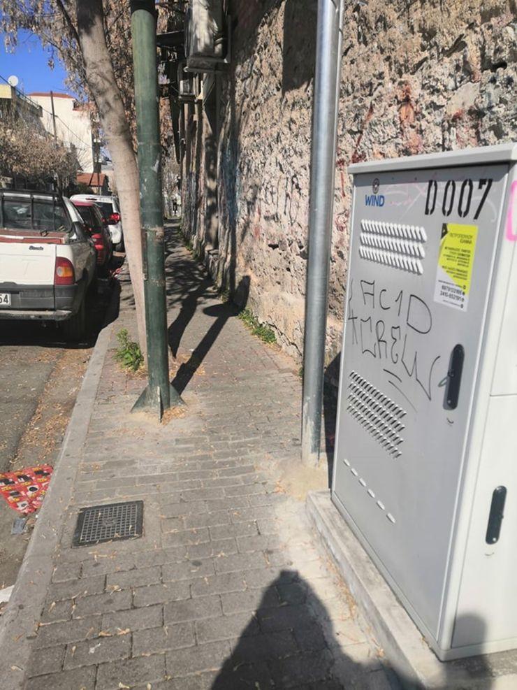Πεζοδρόμιο «παγίδα» στη Λάρισα – Για να το διασχίσεις πρέπει να είσαι… κασκαντέρ (φωτο)