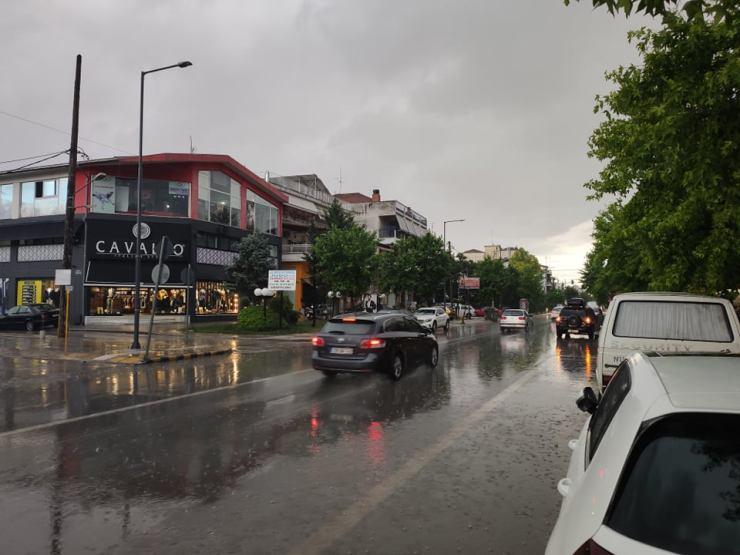 Ισχυρή βροχόπτωση στη Λάρισα το απόγευμα της Τετάρτης (φωτο)