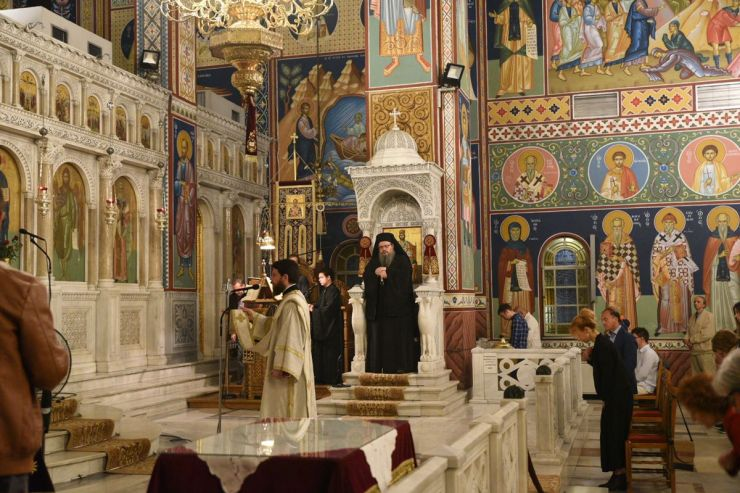 Λαρισαίοι πιστοί παρακολούθησαν την αναστάσιμη ακολουθία στον Άγιο Αχίλλιο (φωτο)