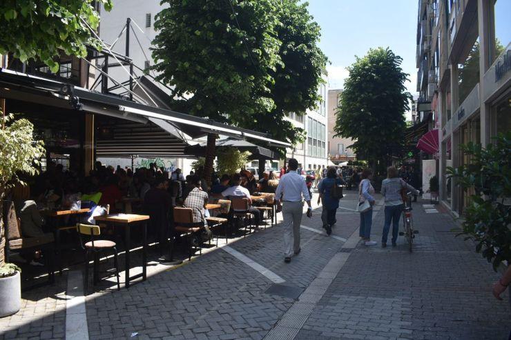 Δείτε φωτογραφίες: Σχεδόν όπως παλιά - Γεμάτα σήμερα τα καφέ της Λάρισας