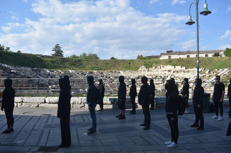 Ένωσαν τις φωνές τους για τον Πολιτισμό στη Λάρισα - Συμβολική διαμαρτυρία καλλιτεχνών μπροστά από το Αρχαίο Θέατρο (φωτο - βίντεο)