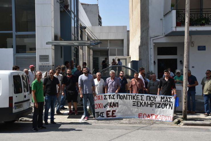 """Λάρισα: Παράσταση διαμαρτυρίας αγροτών στον ΕΛΓΑ - """"Ζητούν αποζημίωση καταστροφών στο 100% και μη εμπλοκή ιδιωτών"""" (φωτο - βίντεο)"""