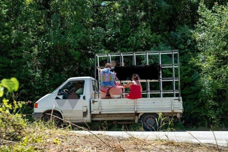 Λάρισα: Φόρτωσε την οικογένεια στην καρότσα και ξεκίνησαν για βουτιές (φωτο)