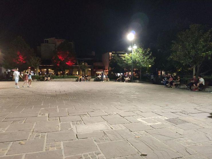 Βραδινές περιπλανήσεις των Λαρισαίων στο λόφο του Φρουρίου όταν τα φώτα των μπαρ σβήνουν τα μεσάνυχτα (φωτο)