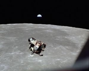 El módulo lunar de Apolo 11 ascendiendo después de haber aterrizado en la Luna.
