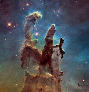 Los pilares de la creación. A 7.000 años luz de distancia, los vemos sin ningún problema (y seguirán ahí mucho tiempo), pero sabemos que fueron destruidos hace 1.000 años por la explosión de una supernova. Es más, los científicos pueden observar como esa explosión va avanzando hacia allí de manera inexorable.