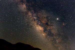 La banda anaranjada que recorre el cielo en esta imagen es la Vía Láctea