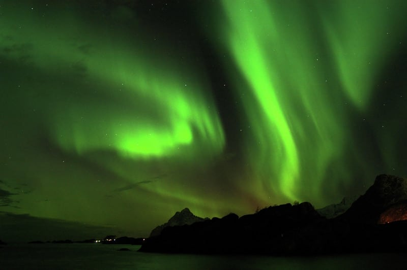 "La Aurora Boreal sobre la montaña ""Vågakallen"" en Lofoten, Norte de Nóruega. Crédito: Stockshots - Visitnorway.com"