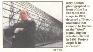 Jerry Ehman, posando delante del radiotelescopio.
