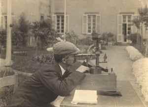 Domenico Pacini realizando una medición en 1910.