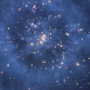 La materia oscura es invisible. Gracias al efecto de lente gravitacional, los astrónomos han podido inferir que hay un anillo de materia oscura en este cúmulo de galaxias (conocido como CL0024+17) que está representado en color azul. Crédito: NASA/ESA