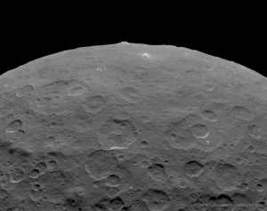 Una montaña enorme en Ceres. Crédito: NASA, JPL-Caltech, UCLA, MPS/DLR/IDA