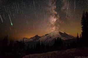 Estrellas fugaces (Perseidas) y la Vía Láctea sobre el Monte Rainier. Crédito: Matthew Dieterich