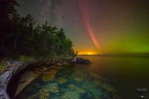 Una aurora (de arco de protón) sobre un lago en Michigan. Crédito: Ken Williams