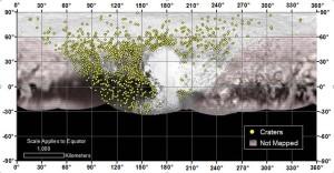 En esta imagen aparece la ubicación de más de 1.000 cráteres analizados por la sonda New Horizons de la NASA.  Las zonas con franjas rojas no han sido mapeadas. Crédito: NASA/JHUAPL/SwRI