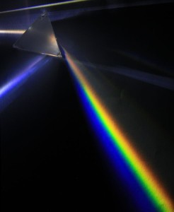 Un prisma triangular dispersando luz. Crédito: D-Kuru/Wikimedia Commons