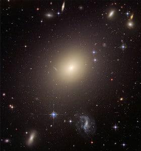 Esta es la galaxia elíptica ESO-325G004. Crédito: J. Blakeslee (Washington State University)