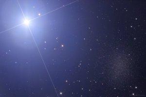 Régulo (la estrella más brillante de la constelación de Leo) y la galaxia enana Leo I. Crédito: Rusell Croman