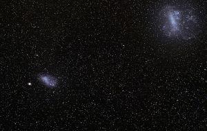 Las dos Nubes de Magallanes (Grande y Pequeña) son dos galaxias enanas irregulares. Crédito: ESO/S. Brunier - ESO