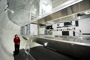 Lori Garver, administradora adjunta de la NASA, en el interior de la reproducción de la Alpha Station. Crédito: NASA/Bill Ingalls