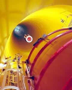 Instalación de investigación de Gravedad Cero de la NASA. Es una torre de caída (bajo tierra) con 150 metros de altura.  Crédito: NASA/GRC/Paul Riedel, Al Lukas