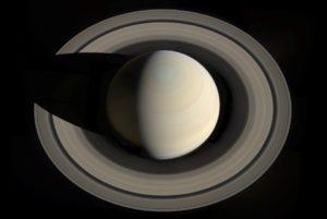 Esta imagen de Saturno y sus anillos fue creada a partir de imágenes tomadas por la sonda Cassini en 2013. Crédito: NASA/JPL-Caltech/Space Science Institute/G. Ugarkovic