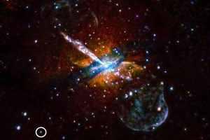 El pequeño círculo blanco, al pie de esta imagen, muestra una fuente de emisión en las afueras de la galaxia NGC 5128, que emitió varias llamaradas de rayos X en varias ocasiones. Crédito: U.Birmingham/M.Burke et al./CXC/NASA
