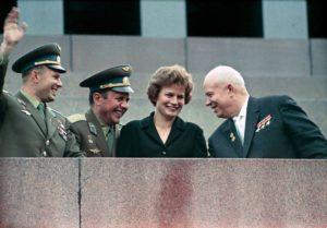 Nikita Khrushchev, Valentina Tereshkova, Pavel Popovich y Yury Gagarin en el Mausoleo de Lenin, el 22 de junio de 1963. Crédito: Wikipedia Commons/RIA Novosti Archive