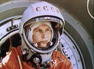 Valentina Tereshkova, fotografiada dentro de la nave Vostok 6, el 16 de junio de 1963. Crédito: Roscosmos