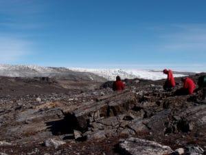 Científicos en Groenlandia, excavando rocas que podrían contener evidencias sobre formas de vida de hace más de 3.800 millones de años. Crédito: Laure Gauthiez