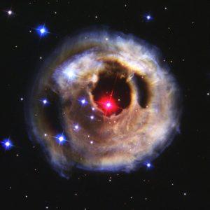 La supergigante roja V838 Monocerotis, que podría estar compuesta por dos estrellas que colisionaron en el pasado. Crédito: NASA/ESA/The Hubble Heritage Team (STScI/AURA)