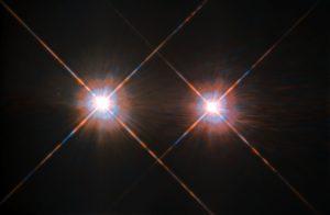Alfa Centauri A y B se orbitan mutuamente a 4,3 años-luz de la Tierra. Para poder ver planetas a su alrededor directamente, los investigadores tienen que cancelar la luz que emiten ambas. Crédito: ESA/NASA
