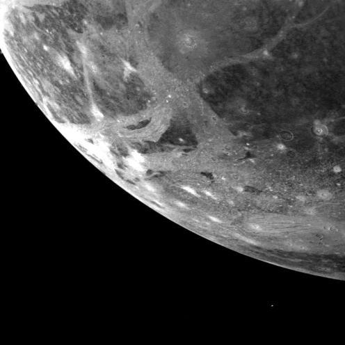 La superficie de Ganímedes, fotografiada por la sonda Voyager 1. Crédito: NASA