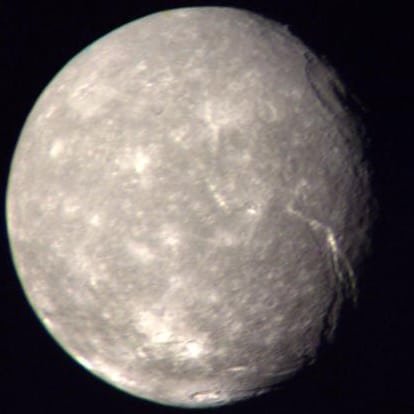 Titania, fotografiado por la sonda Voyager 2. Crédito: NASA