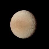Tetis, fotografiado por la sonda Voyager 2. Crédito: NASA