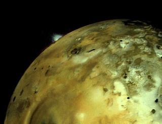 La erupción de una columna volcánica en Ío, vista por Voyager 1. Crédito: NASA