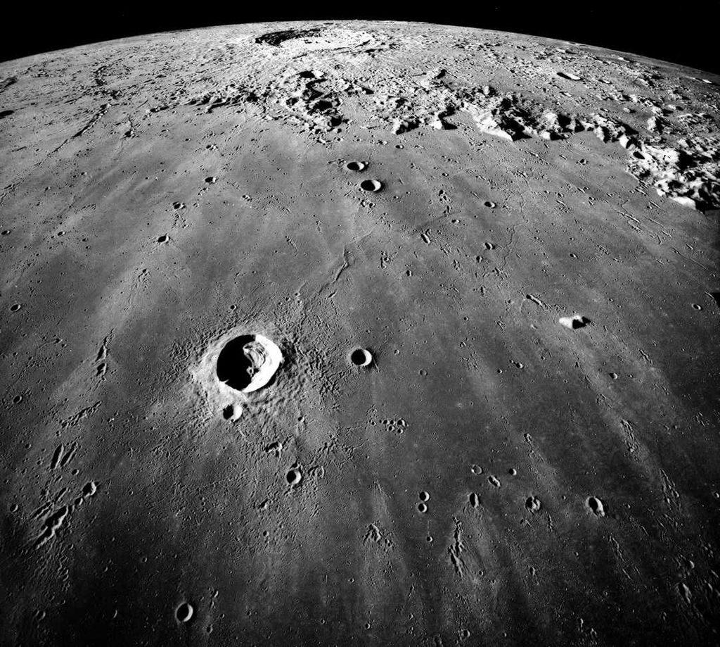 Descubren Una Estructura Metálica Bajo La Luna Astrobitácora