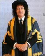 Brian May, de kersverse kanselier van de universiteit van Liverpool