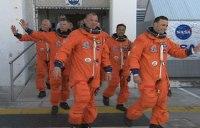 De bemanning op weg naar de Discovery