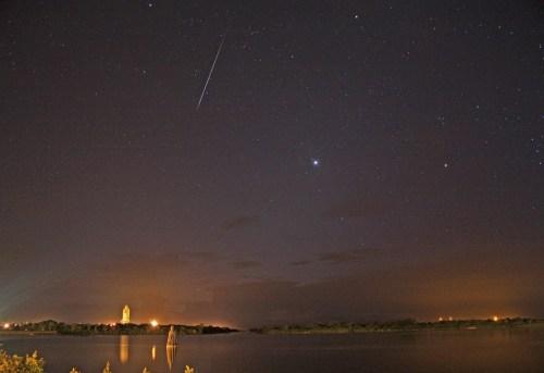 Een meteoor boven de Discovery