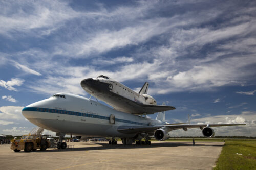 Space Shuttle Endeavour op de rug van NASA's Shuttle Carrier Aircraft